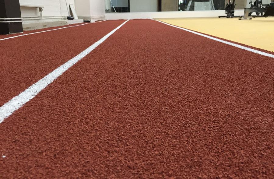 спортзал в Елгаве.Дополнительно доступно полностью новое и не бывалое в таких залах – легкоатлетическая дорожка в длину 30м и с професиональным покрытием.
